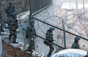 Soldats sud-coreans patrullen la frontera amb Corea del Nord a prop de Panmunjom, ahir.