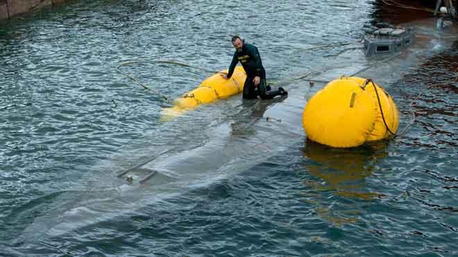 El narcosubmarí enfonsat a Galícia arriba a port