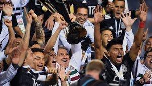 Tata Martino eleva el trofeo de la Copa Oro conquistado por México al imponerse a EEUU en Chicago.