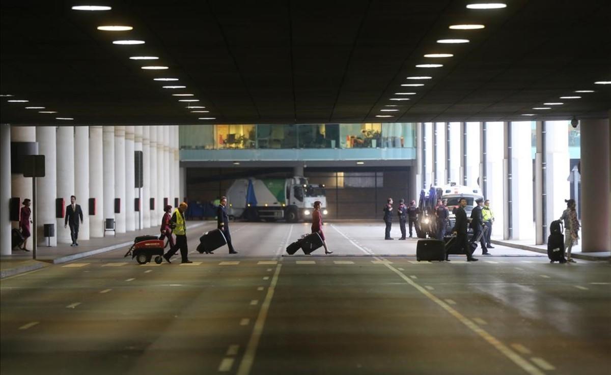 Piquete informativo en la T-1 del aeropuerto del Prat, a primera hora de la mañana.