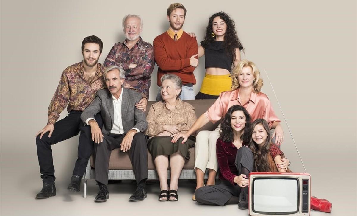 Imagen promocional de la serie de TVE-1 Cuéntame cómo pasó, con el elenco protagonista.