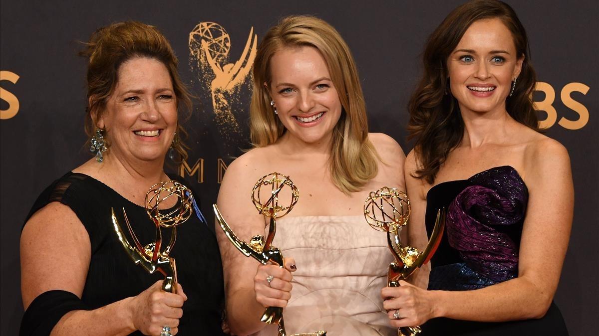 Ann Dowd (Emmy a la mejor actriz de reparto) Elisabeth Moss (Emmy a la mejor actriz de drama) y Alexis Blede (Emmy a la mejor actriz invitada), galardonadas por su trabajo en la serie de la plataforma Hulu 'The Handmaid's Tale' (Emmy a la mejor serie dramática del año).