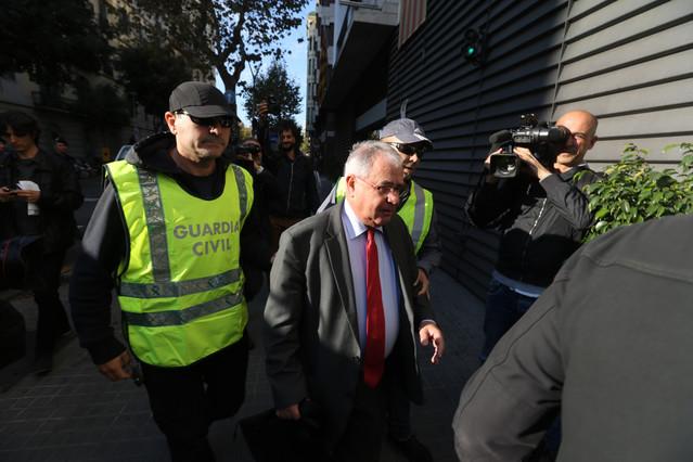 El tresorer de CDC, Andreu Viloca, a lentrar a la seu del partit, escortat per agents de la Guàrdia Civil.