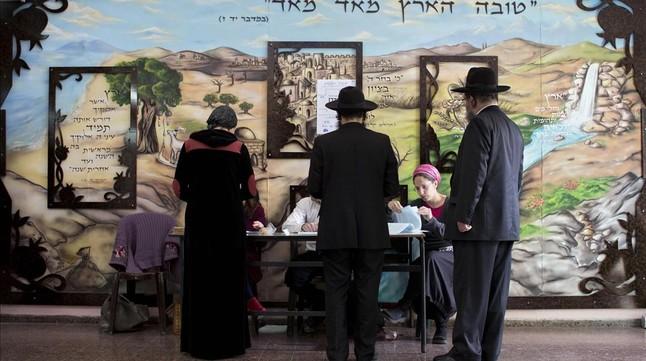 Ultraortodoxos judíos votan en un colegio de la localidad de Bnei Brak, este martes.