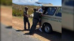 Una captura del vídeo de la detención de Dlamini.