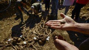 Una de las balas halladas en los cuerpos de víctimas de la guerra civil española en Pamplona.