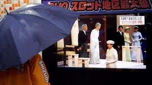 Una mujer sigue por televisión la ceremonia de abdicación de Akihito, este martes en Tokio.