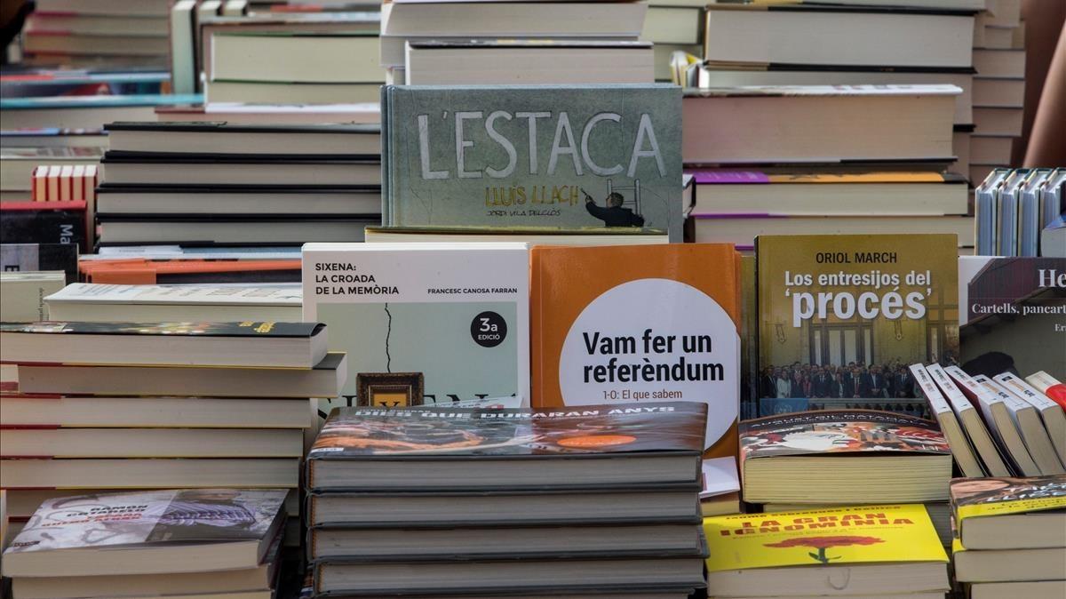 Una parada con libros de contenido político en el centro de Barcelona.