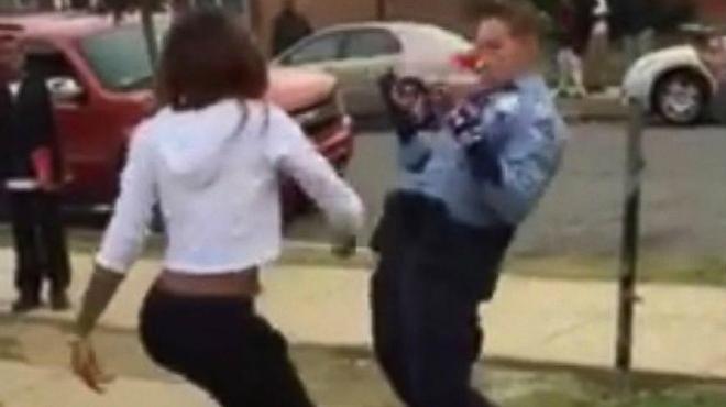 Vídeo en que se ve como una policía de Washington reta a bailar a una joven.