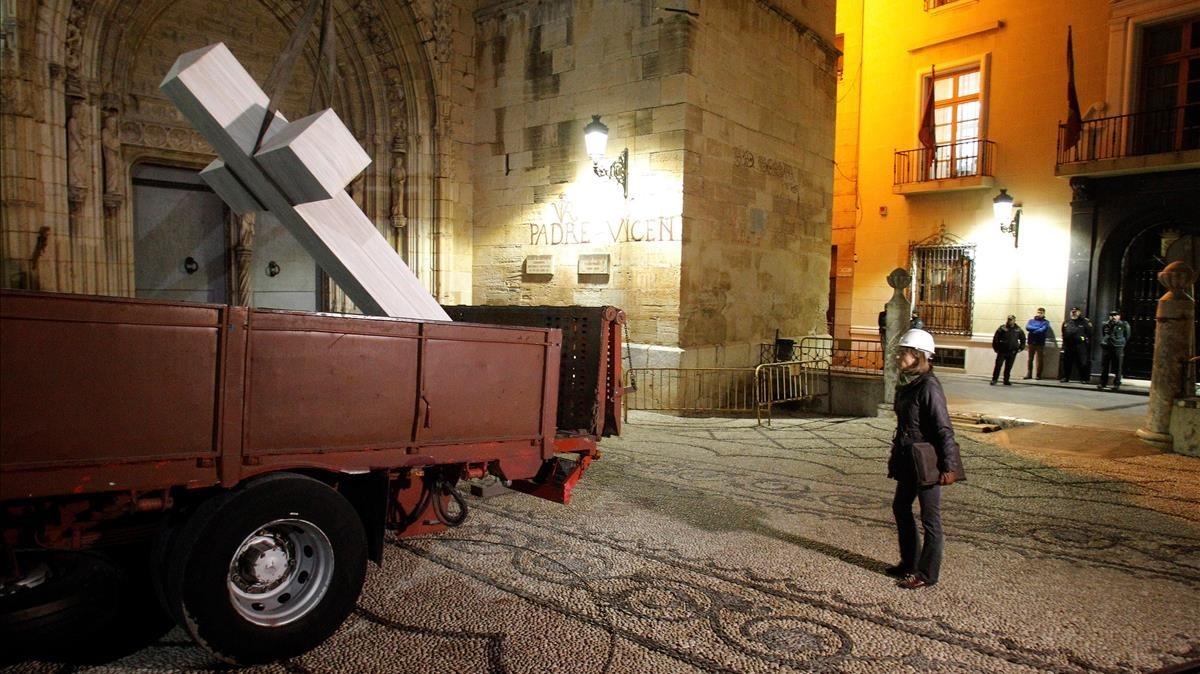 Una técnica supervisa la carga en un camión de la Cruz franquista de los Caídos de Callosa de Segura, Alicante.