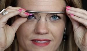 Una usuaria con un prototipo de las Google Glass.