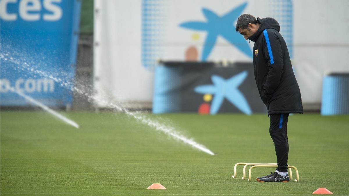 Valverde, en el entrenamiento del Barcelona en la ciudad deportiva antes de jugar contra el Valencia.