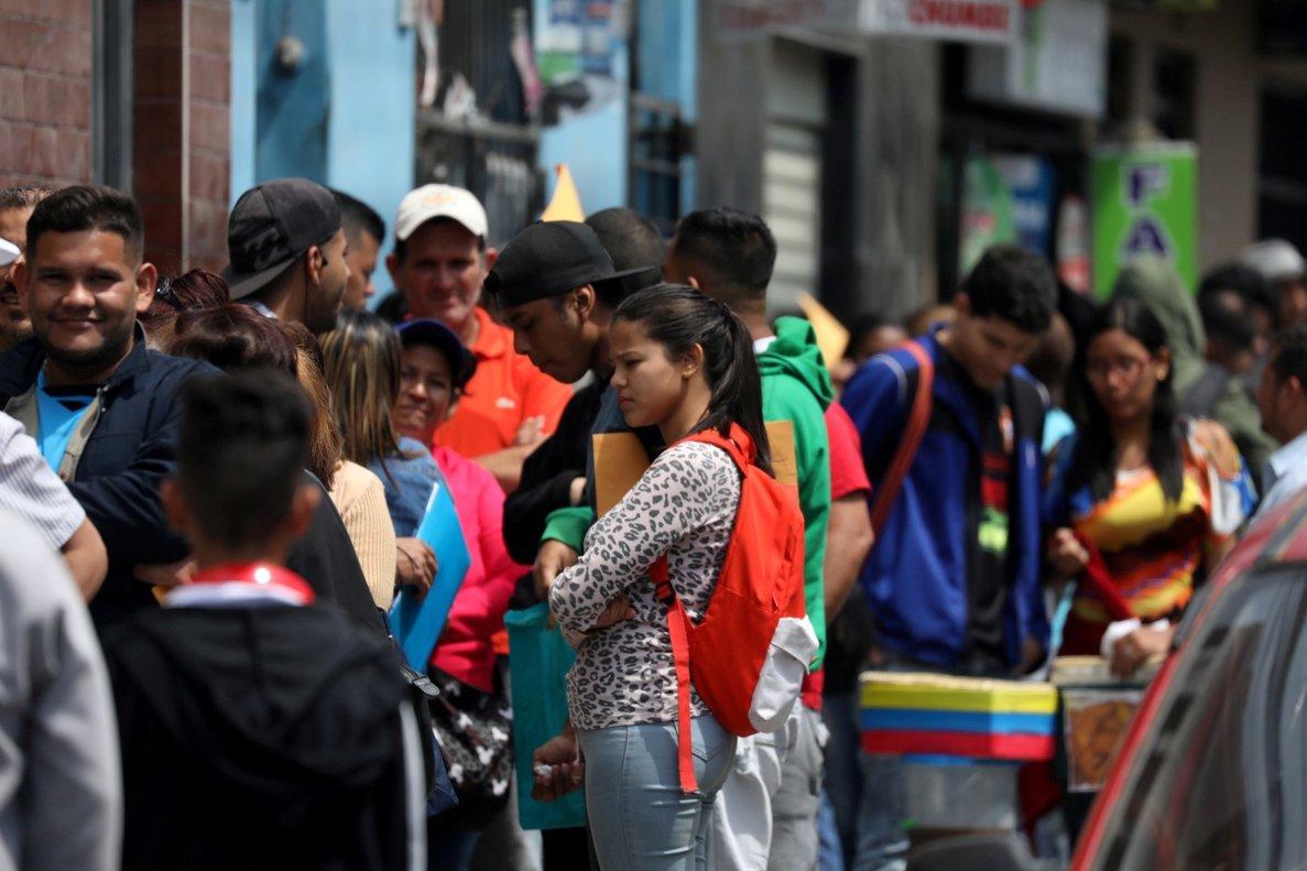 Inmigrantes venezolanos buscan tramitar sus permisos de residencia.