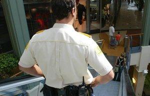 Un vigilante de seguridad en un centro comercial de Barcelona.