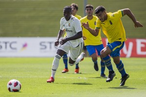 Vinicius conduce el balón en su primer partido con el Real Madrid Castilla.