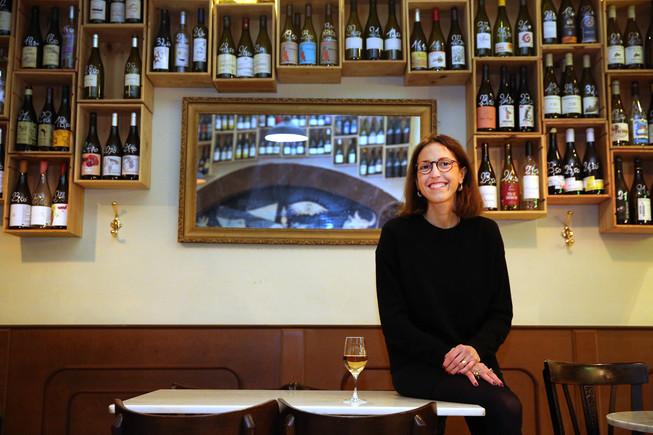 La creadora de All Those Food Market, Viqui Sanglas, en L'Ànima del Vi, su bar preferido.