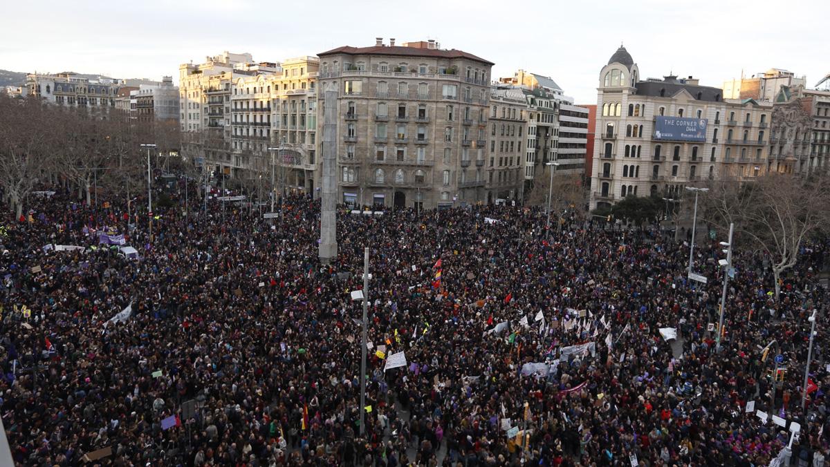 Vista aérea de la manifestación feminista en Barcelona.