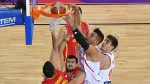 Willy Hernangómez machaca el aro de Montenegro ante su hermano Juancho.