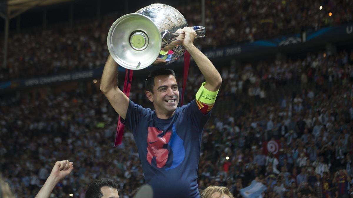 Xavi levanta la Champions 2015 en el estadio Olímpico de Berlín