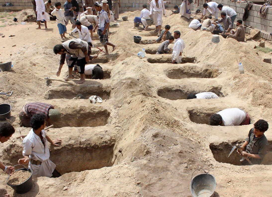 Yemenís cavan tumbas para niños fallecidos durante un ataque aéreo, en agosto del 2018.