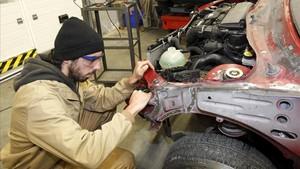 Un alumno de Mecánica de la Automoción en un instituto de Santander, uno de los primeros que implantó la FP dual en España, en el 2013.