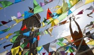 Preparativos de la Festa Major de Gràcia, en las calles de Plaza de la Vila.