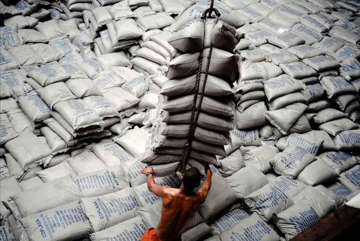 Un trabajador del puerto de Santos, en Brasil, descargando sacos de azúcar (1999-2010), de la serie Ship of fools.
