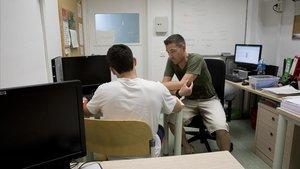 Un menor charla con un educador en un centro de menores de la Generalitat.