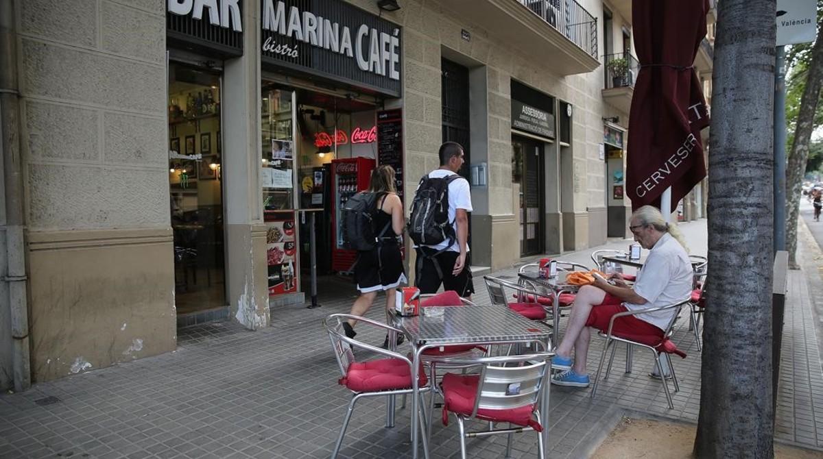 Terraza del Bar Marina, una de las que el ayuntamiento ha decidido eliminar para despejar las concurridas aceras del entorno de la Sagrada Família.