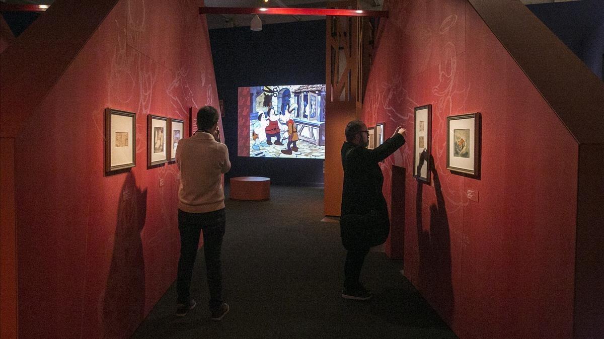 Algunas de las piezas expuestas en el interior de la cabaña que simula parte de la escenografía de la exposición.