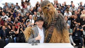 Ron Howard y Chewbacca, este martes en Cannes.