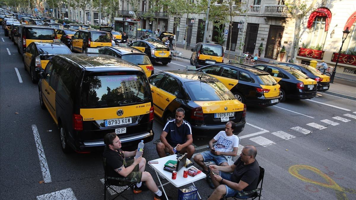Imagen de unos taxistas de Barcelona durante uno de los días de huelga en el sector.