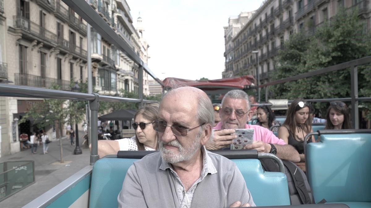 Jordi Papell, víctima extrema e inaudita de la gentrificación turística, a bordode un Bus Turístic.