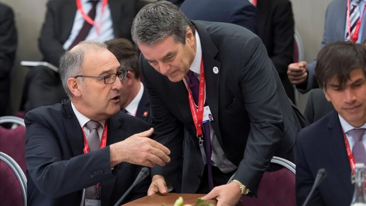 El consejero Federal de Suiza de Comercio Guy Parmelin, sentado,conversa con el director general de la Organizacion Mundial del Comercio,Roberto Azevedo, en el Foro de Davos.