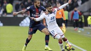 Nabil Fekir disputa un balón con Dani Alves en un reciente partido entre el Olympique de Lyon y el PSG.