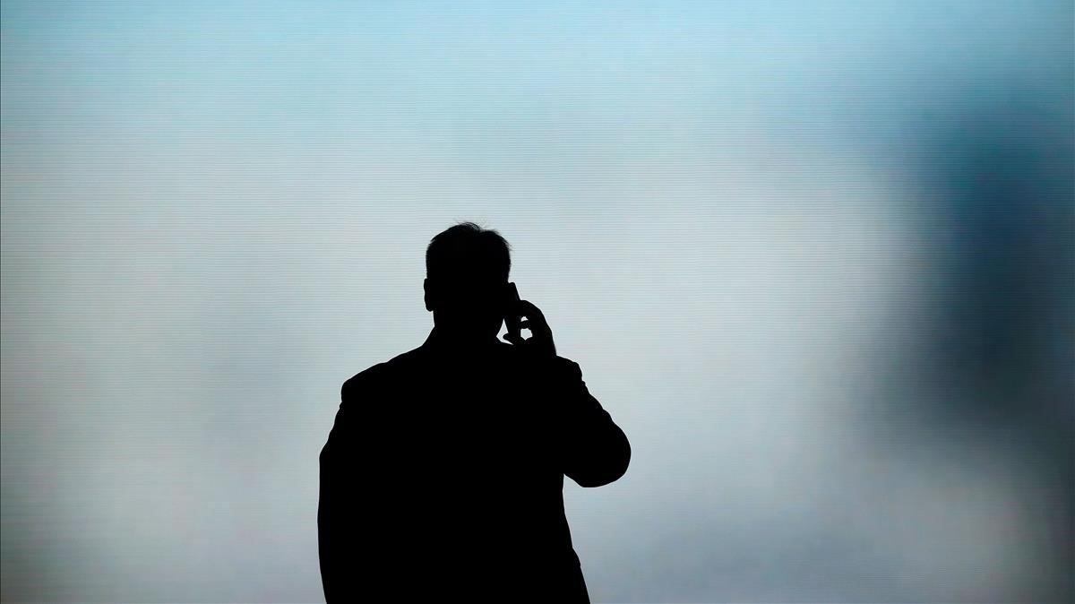 Un hombre habla por teléfono durante el Mobile World Congress, el pasado febrero.