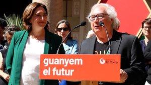 Colau y Castells, durante la presentación del manifiesto en apoyo de la alcaldable de Barcelona en Comú, este miércoles.