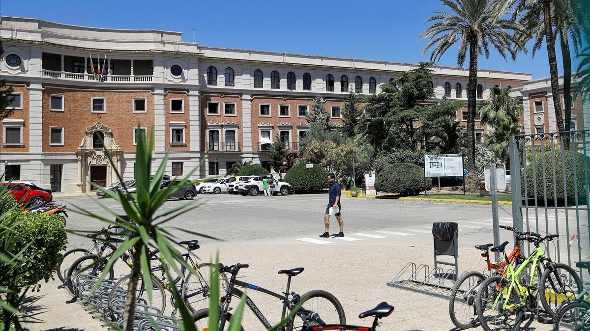 Un menor descontent amb les notes apunyala una professora a València