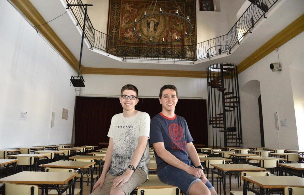 Eduard, con camiseta azul, y Arnau, en el instituto Antoni Torroja.