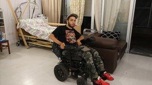Youssef Sayah, vecino de Sants-Montjuïc que ha sido multado por circular con su silla de ruedas por la Ronda Litoral.