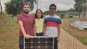 Los estudiantes de la UPC (desde laizq.)Biel Perelló, Cristina Casals y Santiago Enciso,con una de las placas solares que estan instalando en Sunyani (Ghana)en el marco de unproyecto de cooperacion.