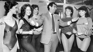 Plácido Domingo, con miembros de las Rockettes, en el Radio City Music Hall de Nueva York, en 1984.