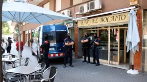 Los Mossos registran un local en la Zona Franca, el pasado 18 de septiembre, durante la operación contra el 'clan Jodorovich'.