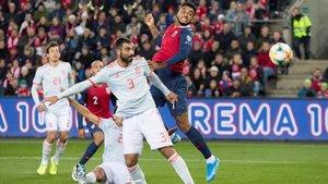 King supera a Albiol durante el encuentro Noruega-España de clasificación para la Eurocopa.