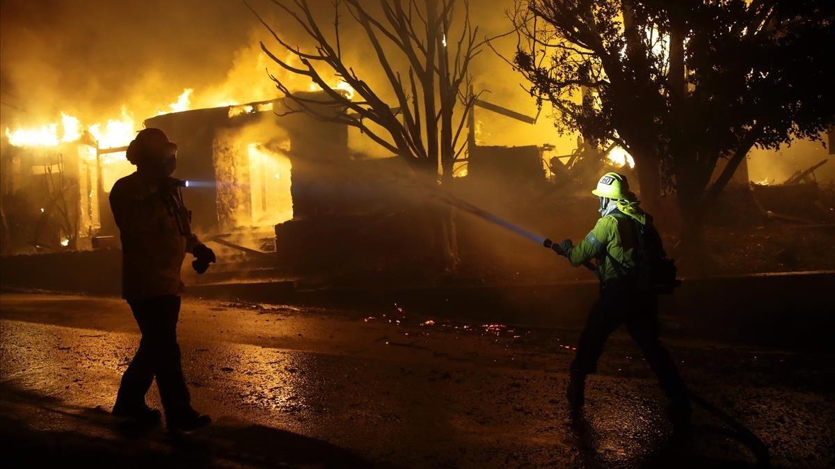Una desena d'incendis a Califòrnia obliguen a evacuar 200.000 persones