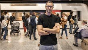 Abdelatif Hwidar, director y co-guionista del corto Manspreading, en una estación de Metro de València