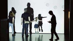 Visitantes se divierten con el videojuego 'Bubbles', en el CCCB.