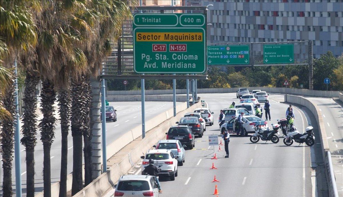 Control policial para detectar desplazamientos prohibidos, la pasada Semana Santa, en la Ronda Litoral de Barcelona.