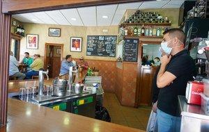 Un bar del centro de Sevilla abre la barra del bar en el inicio de la fase 3.