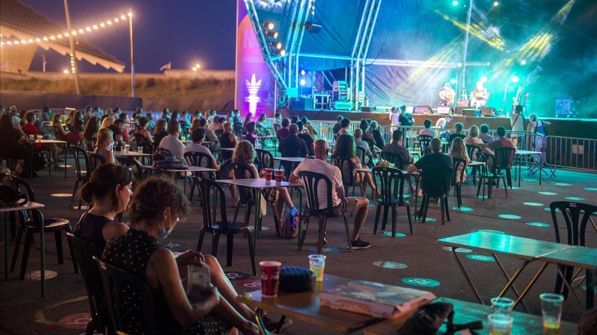 Distancia de seguridad entre los asistentes al concierto de Kiko Veneno, dentro de la programación de las Nits del Fòrum.